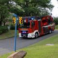 Das neue Feuerwehrfahrzeug fährt auf den Eistreffparkplatz.