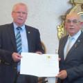 Bürgermeister-Stellvertreter Joachim Lauterbach (links) überreicht die Urkunde an Manfred Peter.