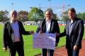 Spendenübergabe beim TSV Reichenbach (v.l.): Bürgermeister Franz Masino, Vorsitzender Alexander Rabsteyn und Thomas Pfeifle von der Netze BW.
