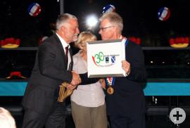 BM Franz Masino übergibt ein Erinnerungsbild an BM Jean-Marc Peillex