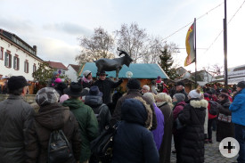 Mitglied Heinz Bernhardt erzählte Interessantes über Deidesheim; Isabelle Kaeser übersetzte