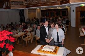 Bürgermeister Franz Masino, Freundeskreisvorsitzende Felicitas Naß und die Vorsitzende des Comité de Jumelage Véronique Fourmon schnitten die Geburtstagstorte an
