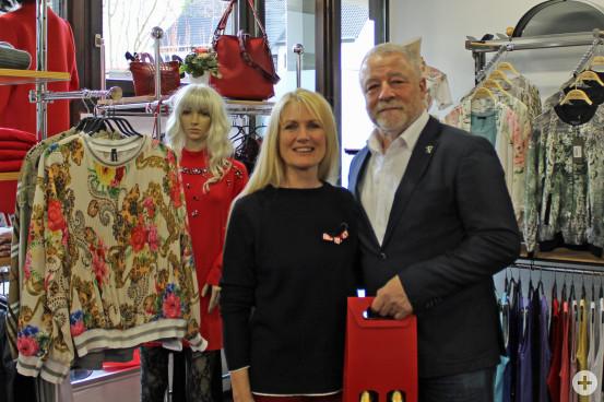 Bürgermeister Franz Masino gratuliert Marion Merklinger zur Neueröffnung der Boutique am Rathausmarkt.