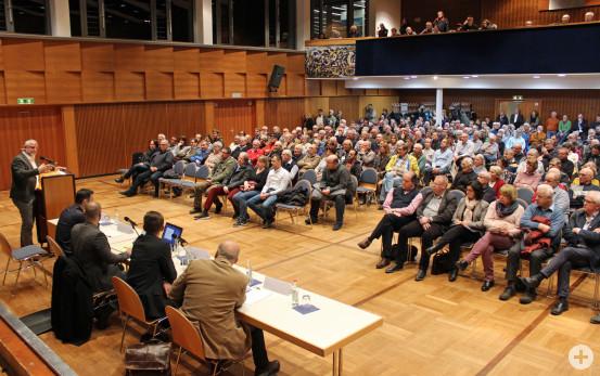 Vertreter des Regierungspräsidiums und Bürgermeister Franz Masino informierten die Waldbronner Bürger über die anstehenden Umleitungsmaßnahmen anlässlich der Komplettsperrung der L 623.