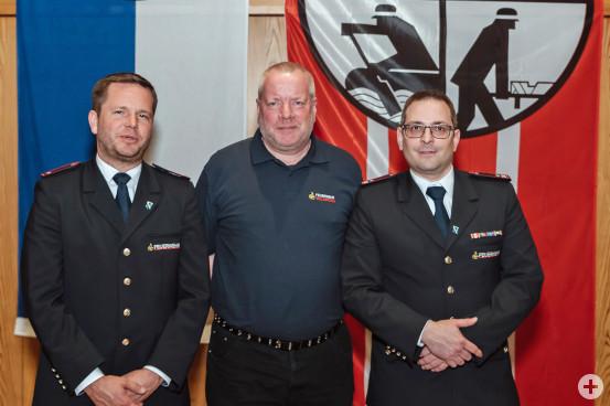 Für 40 Jahre Dienst wurde Mathias Zipfel (Mitte) geehrt. Links Tobias Härtenstein, neuer 1. stellvertretender Kommandant und (rechts) Jochen Ziegel, Kommandant der Feuerwehr Waldbronn.