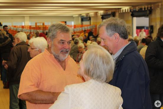 Richard Nussbaumer im Gespräch mit Besuchern des Frühschoppens.