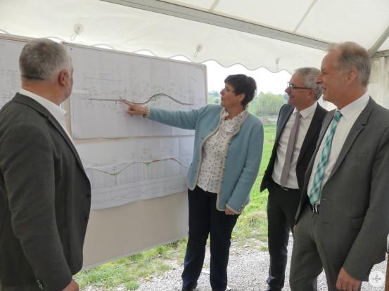 Die neue Regierungspräsidentin Sylvia M. Felder vor den Plänen der neuen Trasse (von rechts): Karlsbads Bürgermeister Jens Timm und Landrat Christoph Schnaudigel, links Bürgermeister Franz Masino.