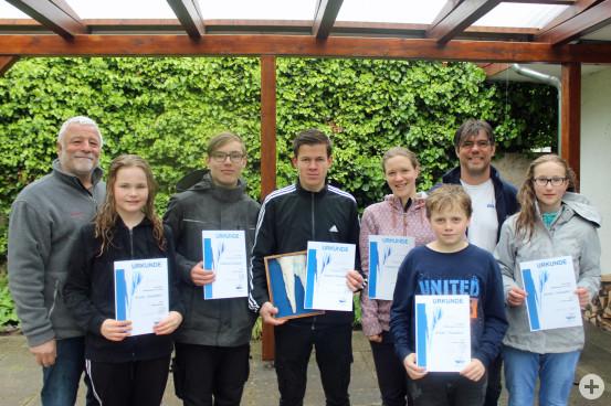 Bürgermeister Franz Masino und Klaus Altenburger vom DLRG gemeinsam mit den jungen und etwas älteren Gewinnern des Tapferen Eiszapfen Schwimmens.