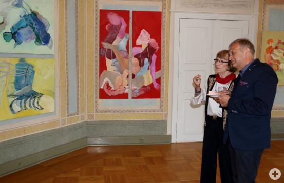 Redas Bürgermeister Krezeminski gemeinsam mit der Waldbronner Künstlerin Beatemarie Busch vor einigen der ausgestellten Bildern.