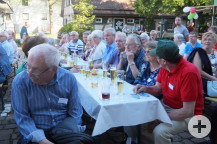 """Im Hof des Kulturtreffs wurde mit rund 80 Gästen gefeiert. Weniger Reden und mehr Gespräche war das """"Motto"""" des Abends."""