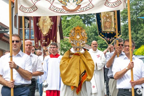 Gemeinsam mit Liturgen Diözesanjugendseelsorger Christian Müller, Pfarrer Torsten Ret und Diakon Thomas Christl beteiligten sich viele Gläubige an der Prozession.