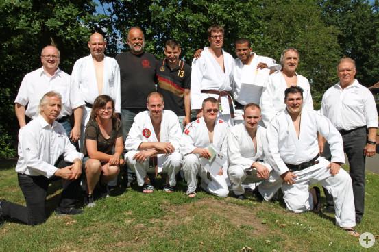 René Breidohr (vordere Reihe, Dritter von rechts) gemeinsam mit dem Deutschen Dan-Kollegium, Trainern und Betreuerstab.