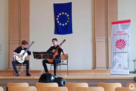 "Luca Müller mit seinem Duo-Partner bei ""Jugend musiziert""."