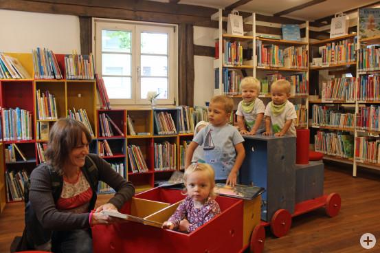 Gemütlich eingerichtet, lädt die neue Kinder- und Jugendbücherei zum Verweilen und Schmökern ein. Auch die Lok wird von den kleinen Gästen sehr gut angenommen.