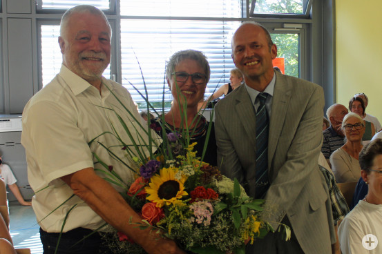 Bürgermeister Franz Masino (links) verabschiedete gemeinsam mit Schulrat Bernhard Schmitt die scheidende Rektorin der Waldschule, Ruth Csernalabics.