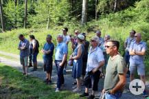 Interessiert hören die Räte und die Bürger den Ausführungen der Forstexperten zu.