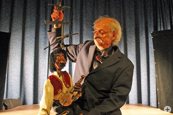 """Marionettenkünstler Stephan Blinn mit seinem genialen ungarischem Stargeiger """"Geigari Gulsch""""."""