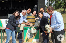 Zahlreiche Politiker assistierten Bürgermeister Franz Masino beim Fassanstich. ssanstich begrüßen.