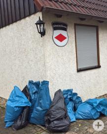 Die vollen Müllsäcke wurden von der Gemeinde eingesammelt.