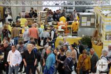 Besucher am Gemeinschaftsstand