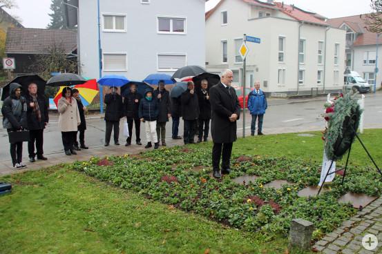 Nach der Feierstunde in der Kirche gedachte Bürgermeister Masino am Ehrenmal der Opfer aus vergangenen und gegenwärtigen Kriegen.