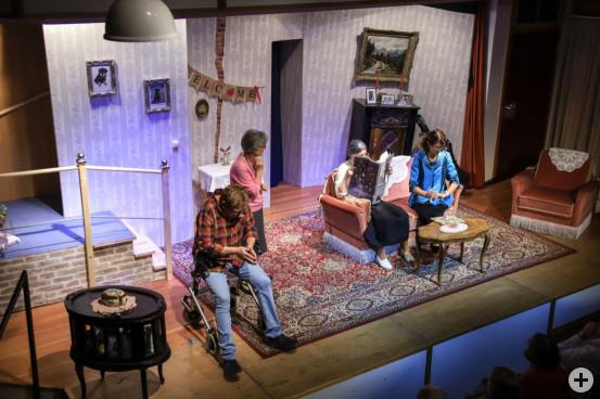 """Ein Haus und eine Familie in skurriler Schieflage: Die VHS-Theatergruppe Chamäleon spielt Michael McKeever's Stück """"37 Ansichtskarten"""" im ausverkauften Kulturtreff."""