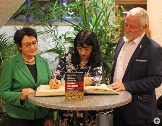 Landtagspräsidentin Muhterem Aras trägt sich in das Goldene Buch der Gemeinde ein.