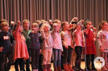 Die ersten Klassen beim Vortragen ihrer Lieder.