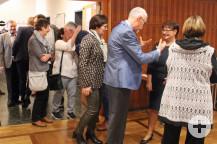 Herzlich und persönlich begrüßten (und wurden begrüßt) Bürgermeister Franz Masino und seine Frau Michaela die Gäste am Eingang des Saales.
