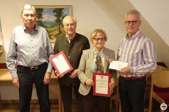 Über eine großzügige Spende von 4.000 € der Jubilare Klaus und Helga Kaiser (Bild Mitte) freut sich der Vorstand des Schwarzwaldvereins (links Wilfried Knauer, rechts Werner Schottmüller).