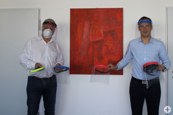 Gesichtsmasken aus dem 3D-Drucker der Firma smooth Traveller Übergabe an Bürgermeister Masino am 06. April 2020
