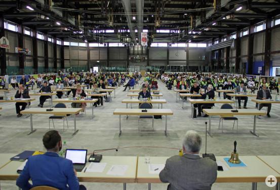 Unter Einhaltung der geltenden Abstandsregeln fand im Eistreff die Sondersitzung des Waldbronner Gemeinderats statt. Bild: Gemeinde Waldbronn