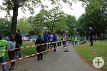 Bereits eine Stunde vor der Sitzung bildete sich am Eingang eine Warteschlange. Bild: Gemeinde Waldbronn