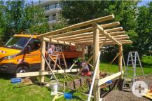 Mitarbeiter des Bauhofes montieren die Holzbalken. Bild: Gemeinde Waldbronn
