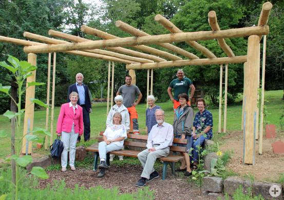 Bei der kleinen Einweihung der neuen Pergola am Kräutergarten des Kurparkes. Bild: Gemeinde Waldbronn