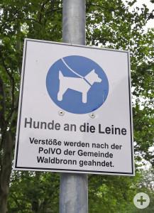Schilder wie dieses weisen auf die Leinenpflicht in Waldbronn hin. Bild: Gemeinde Waldbronn