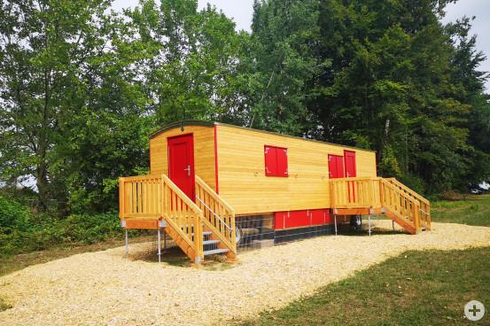 """Die neue Waldkindergartengruppe """"Waldhüpfer"""" ist gestartet. Der Bauwagen ist für die Kinder als trockener Standort gedacht."""