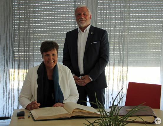 Regierungspräsidentin Sylvia M. Felder gemeinsam mit Bürgermeister Franz Masino. Bild: Gemeinde Waldbronn