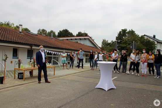 Bürgermeister Franz Masino gemeinsam mit Leiterin Miriam Klingler (2.v.links) und dem Erzieherinnenteam bei der Einweihung des Erweiterungsbaus. Bild: Gemeinde Waldbronn