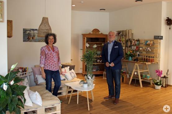 Bürgermeister Franz Masino gratuliert Karin Wenz zu ihren neuem Cafe Wunderbar. Bild: Gemeinde Waldbronn