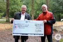 """Ein Scheck über 10 000 Euro für die Gemeinde war das """"Überraschungsgeschenk"""" des Klinikgeschäftsführers Volker Kull zur Einweihung des Parks."""