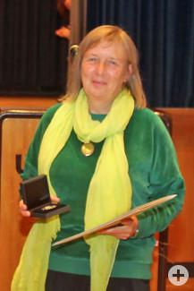 Karola Keitel nimmt die Ehrung entgegen. Bild: Gemeinde Waldbronn