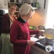Véronique Fourmon und Jutta freuen sich über ihre Spätzle