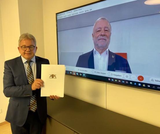 Tourismusminister Guido Wolf bei der virtuellen Übergabe des Förderungsbe-scheids an Bürgermeister Franz Masino.