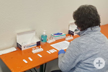 Eine Mitarbeiterin im Testzentrum notiert die Ergebnisse der Tests.   (Bild: Gemeinde Waldbronn)