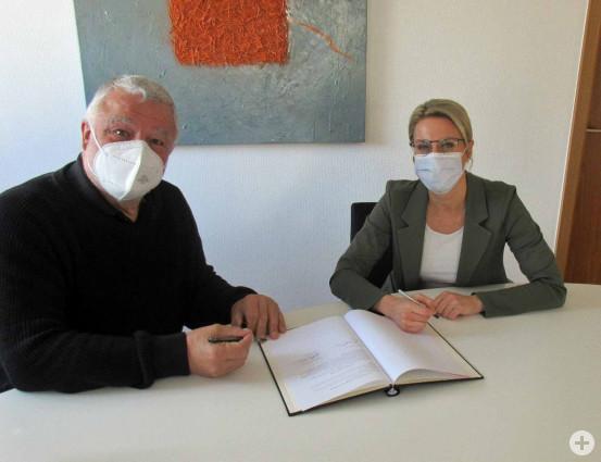Bürgermeister Franz Masino und Marxzells Bürgermeisterin Sabrina Eisele unterschreiben den Vertrag.