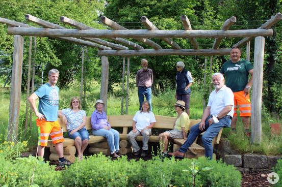 Gemeinsam mit dem Bauhof und Bürgermeister Franz Masino weihte das BUND-Team um Karola Keitel die neue Sitzbank am Kräutergarten ein.  Bild: Gemeinde Waldbronn