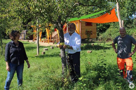 """Freuen sich über das Ernteprojekt """"Gelbes Band"""": Cora Strack vom Umweltamt, Bürgermeister Franz Masino und Samuel Schöpfle, Leiter der Gemeindegärtnerei."""