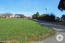 """Links ist die neue Erweiterungsfläche am Friedhof Busenbach, rechts der """"alte"""" Friedhof."""