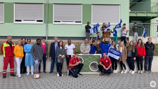 Erfolgreiche Impfaktion in der Gemeinschaftsunterkunft in Waldbronn zusammen mit dem KSC und dem TSV Pfaffenrot.  Bild: LRA Karlsruhe
